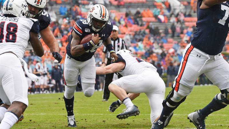 JaTarvious Whitlow (28) scores a touchdown in the first half.Auburn Football vs Samford on...