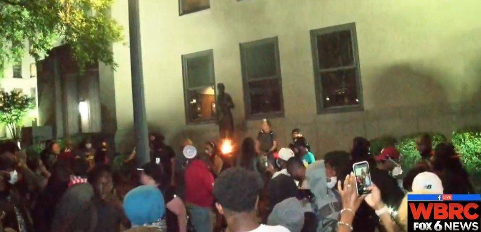 Protesters start fire, break window in Linn Park
