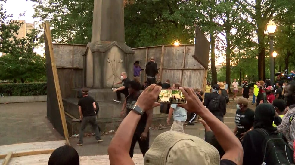 Protestors work to tear down confederate statue in LInn Park